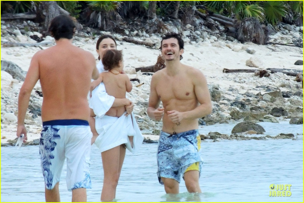 miranda kerr shirtless orlando bloom beach vacation with flynn 12