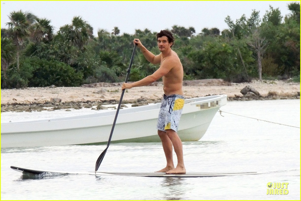 miranda kerr shirtless orlando bloom beach vacation with flynn 17