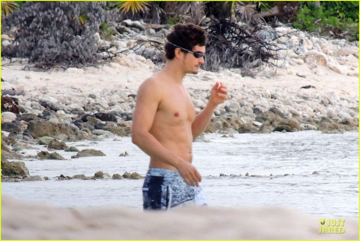 miranda kerr shirtless orlando bloom beach vacation with flynn 252800426