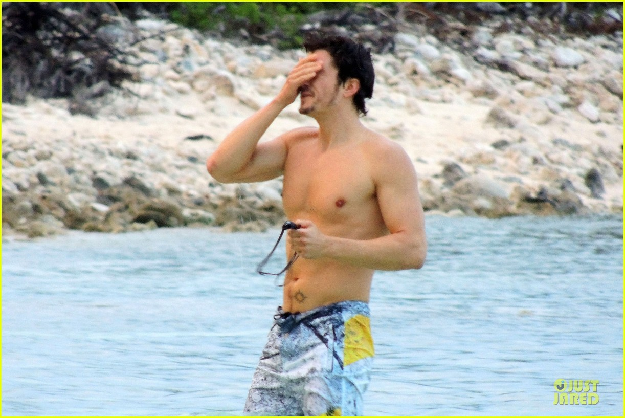 miranda kerr shirtless orlando bloom beach vacation with flynn 30
