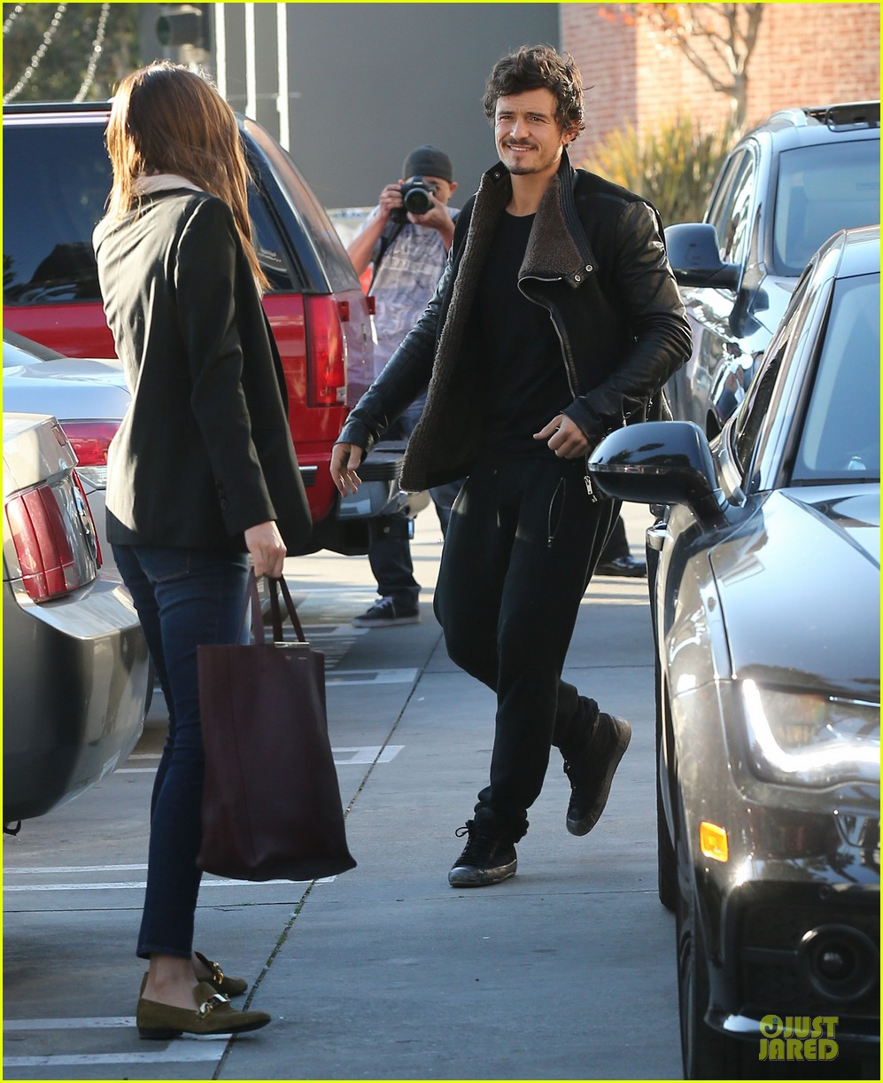 miranda kerr & orlando bloom spa pickup kisses 05