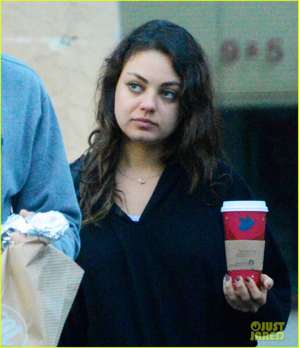 ashton kutcher mila kunis manhattan bagel breakfast 01