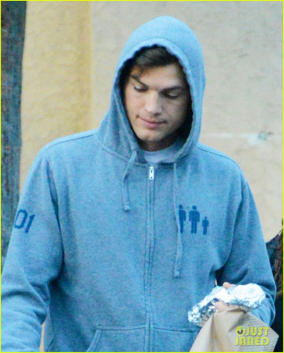 ashton kutcher mila kunis manhattan bagel breakfast 03
