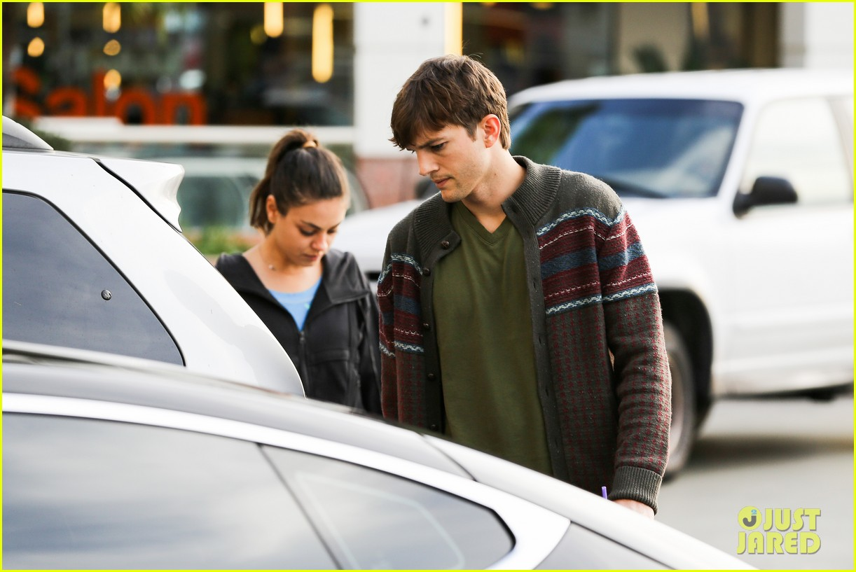 ashton kutcher mila kunis coffee bean couple 02