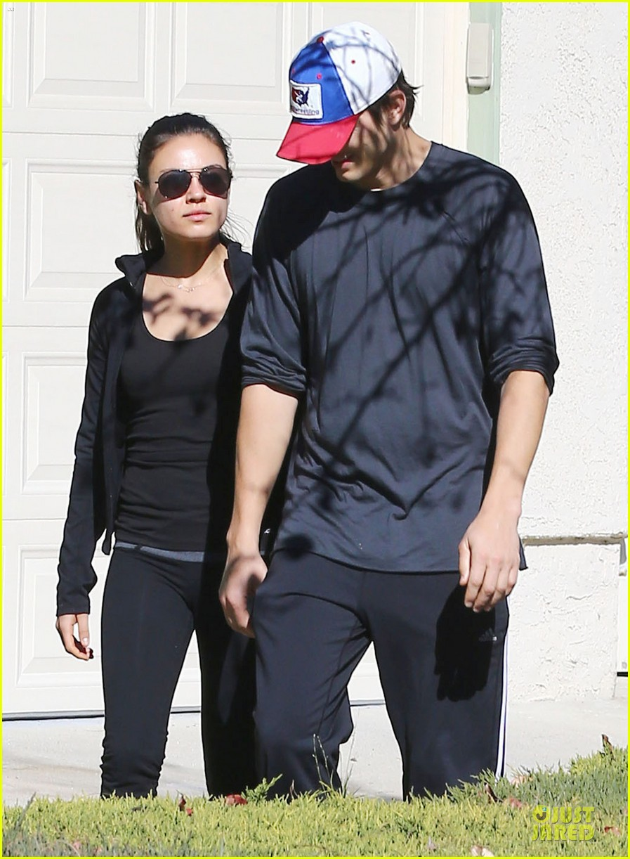 ashton kutcher mila kunis saturday morning walk 02