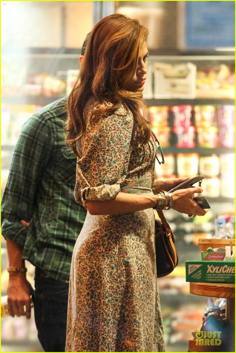 eva mendes organic food stop 02