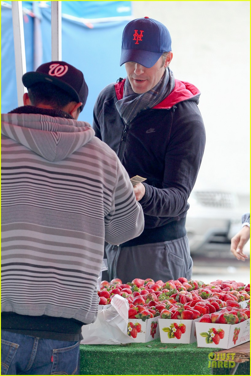 matthew morrison & renee puente strawberry picking couple 06