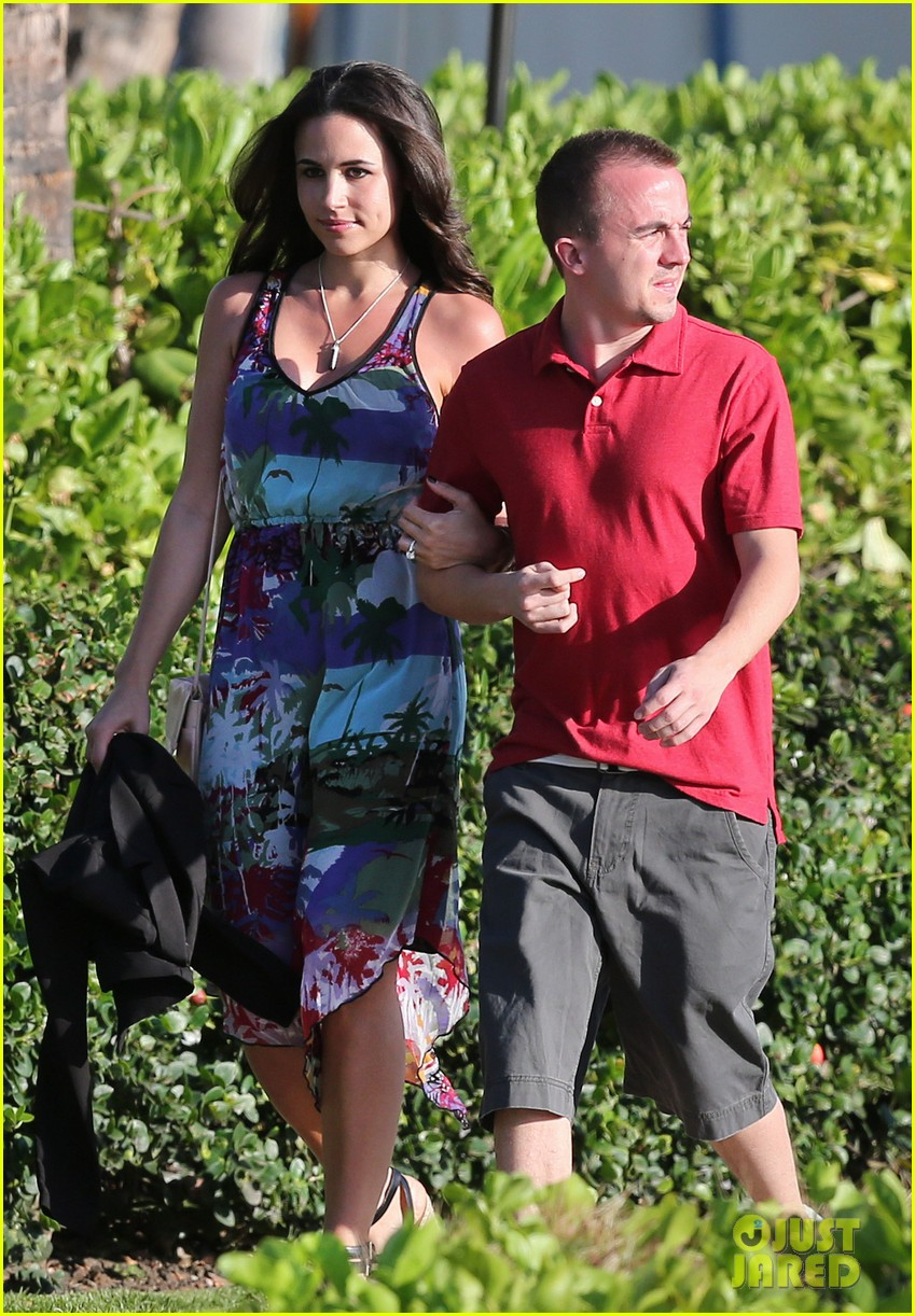 frankie muniz hawaiin vacation with elycia marie 022798553