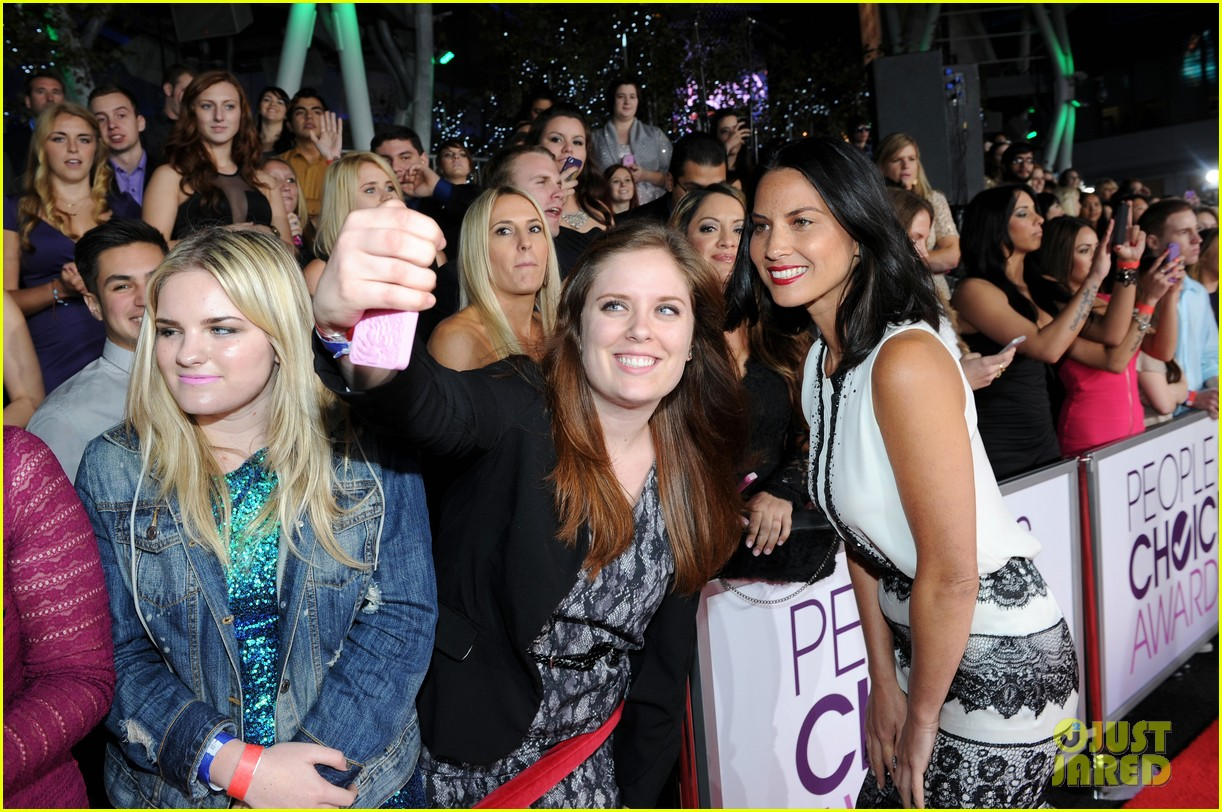 olivia munn peoples choice awards 2013 red carpet 07