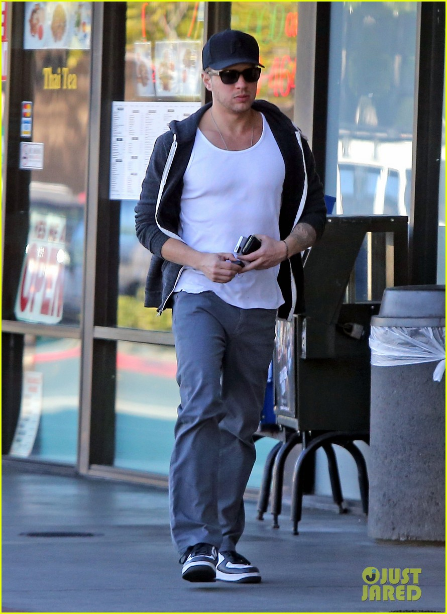 ryan phillippe eats subway reese witherspoon kids shop 10