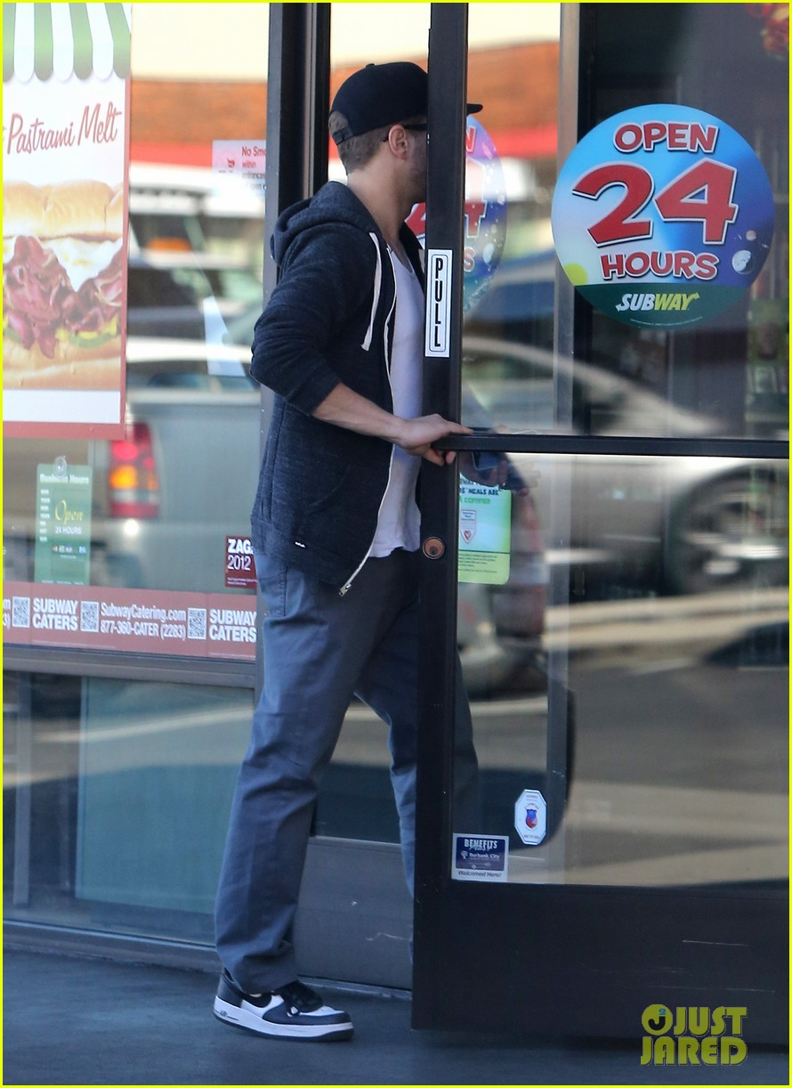 ryan phillippe eats subway reese witherspoon kids shop 12