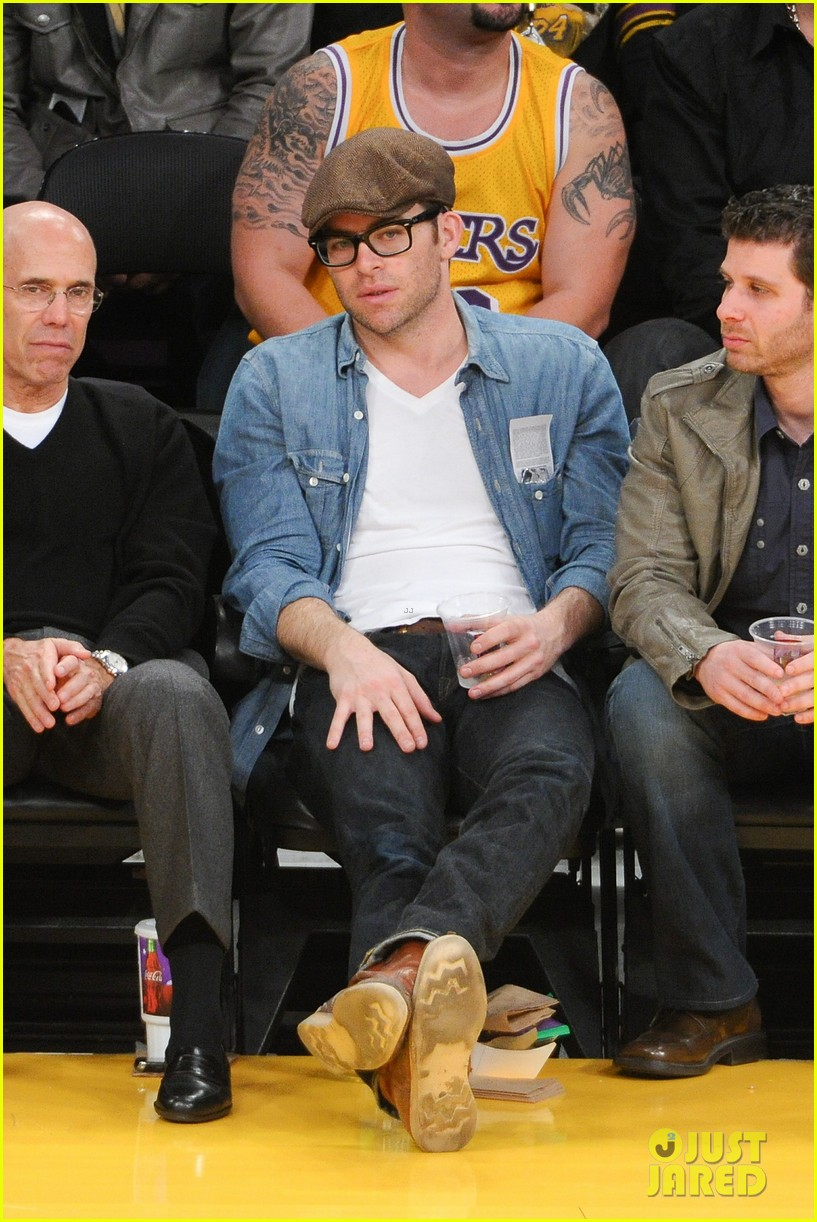 chris pine lakers game night 03