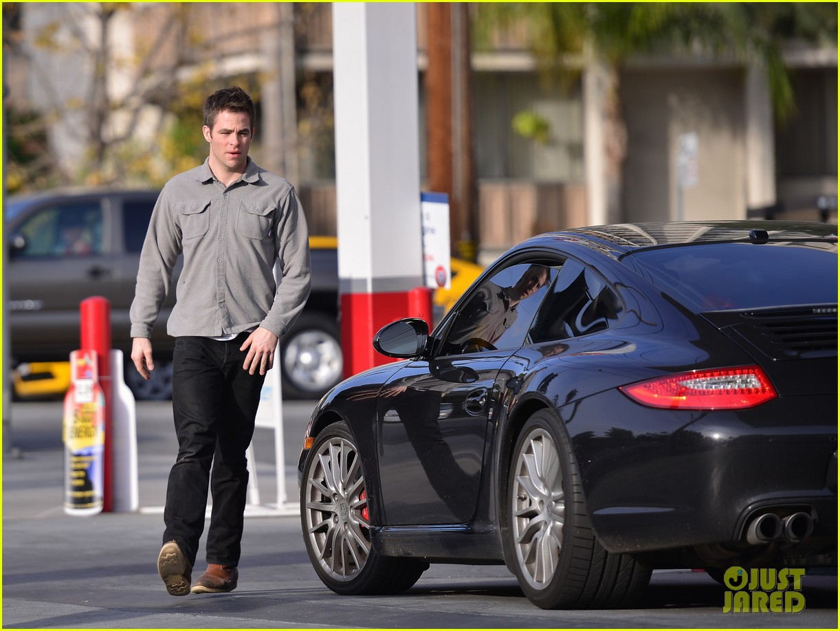 chris pine gas station 02