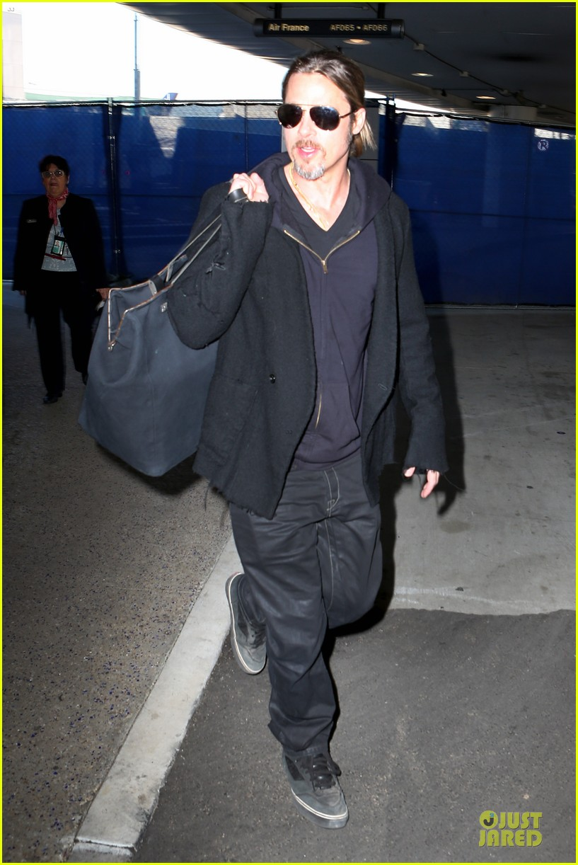 brad pitt los angeles arrival 01