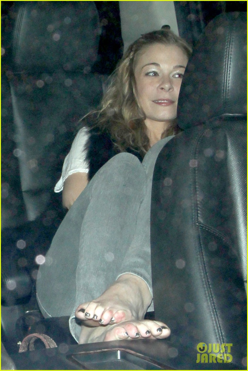 leann rimes barefoot in backseat 032785661