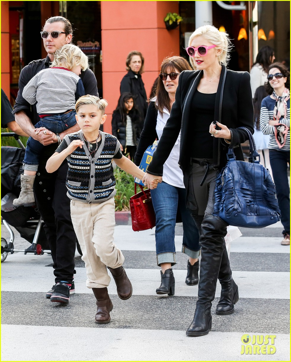 gwen stefani gavin rossdale toy shopping with the kids 10