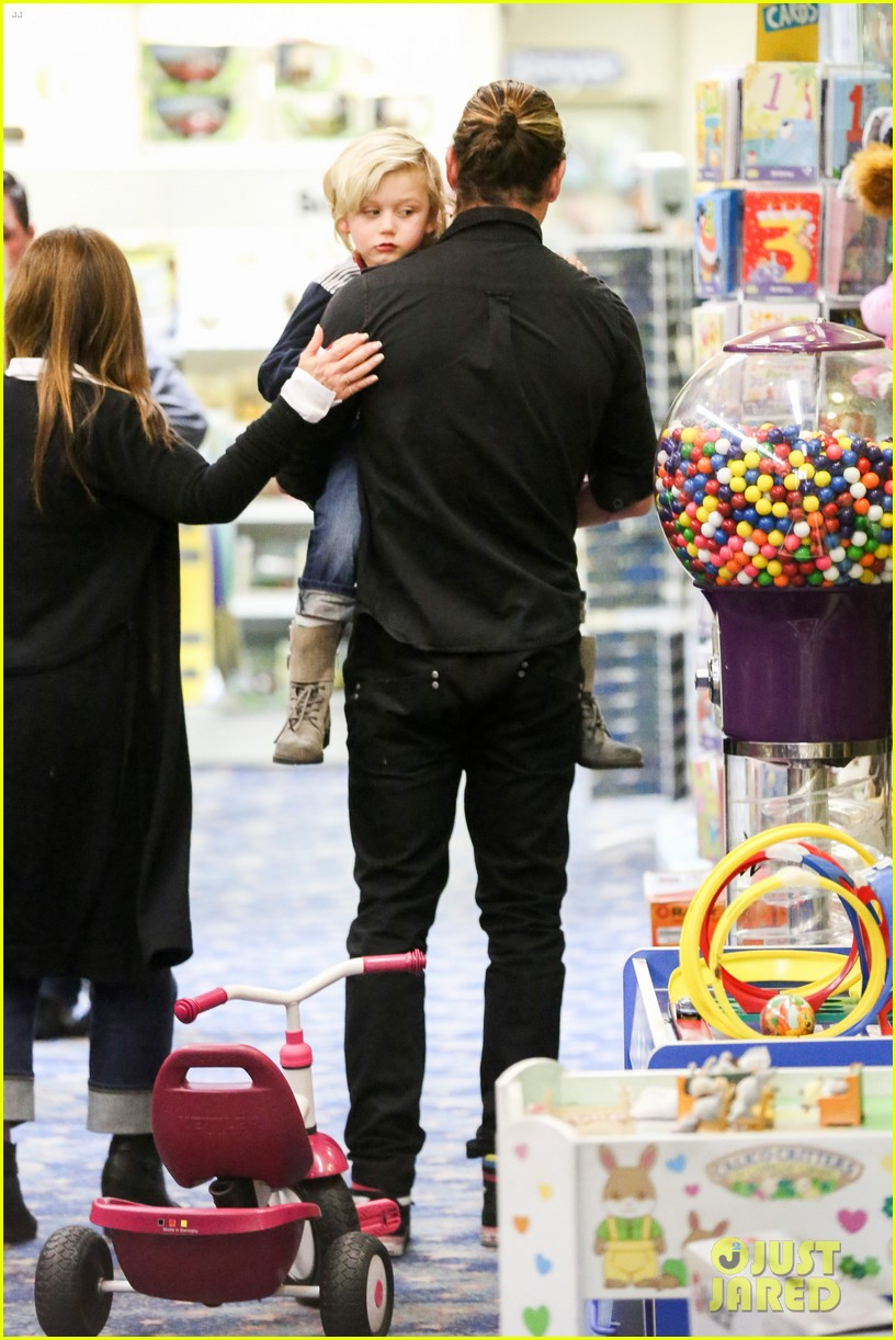 gwen stefani gavin rossdale toy shopping with the kids 22