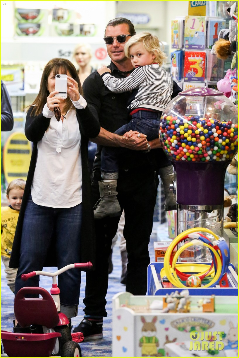 gwen stefani gavin rossdale toy shopping with the kids 242800240