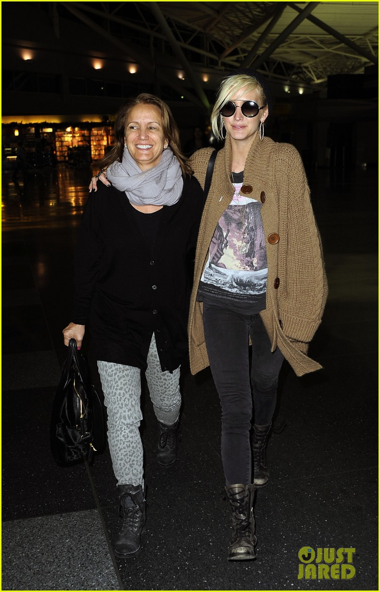 ashlee simpson jfk hugs for mom tina 012784212