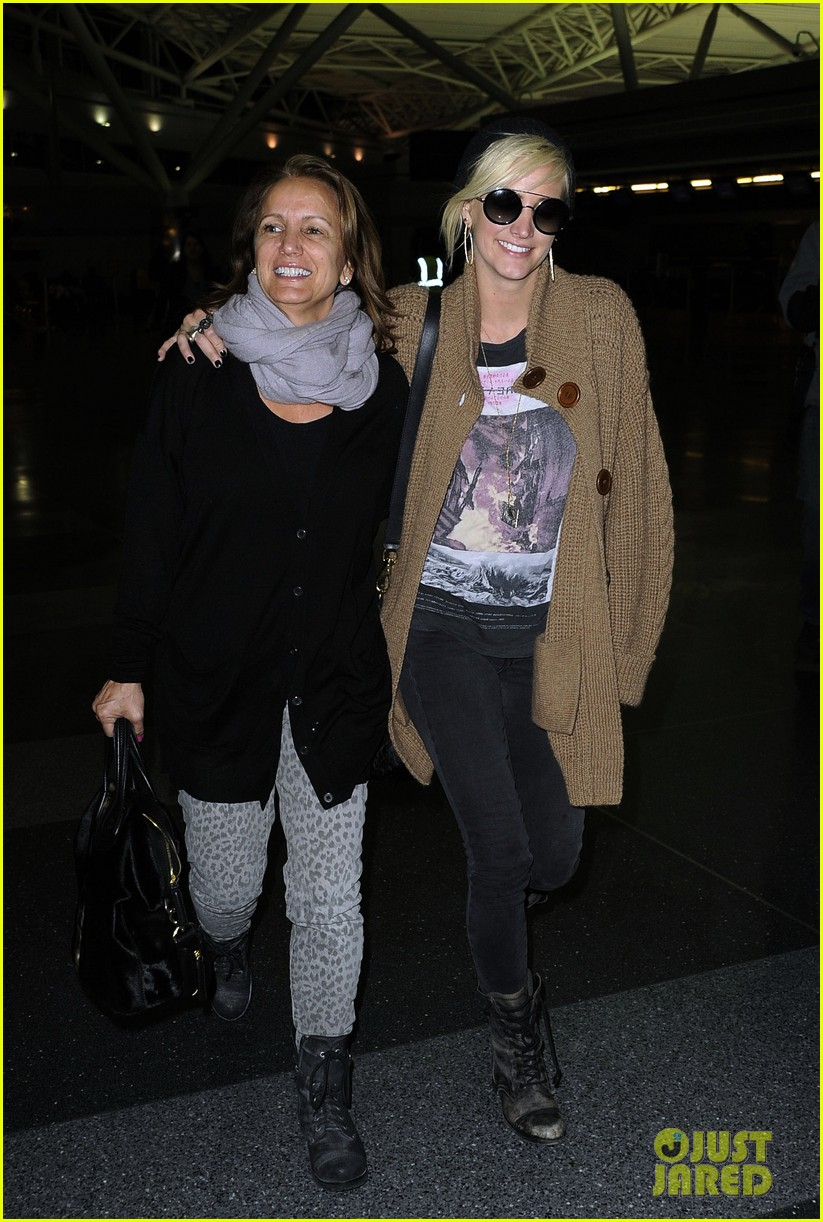 ashlee simpson jfk hugs for mom tina 062784217