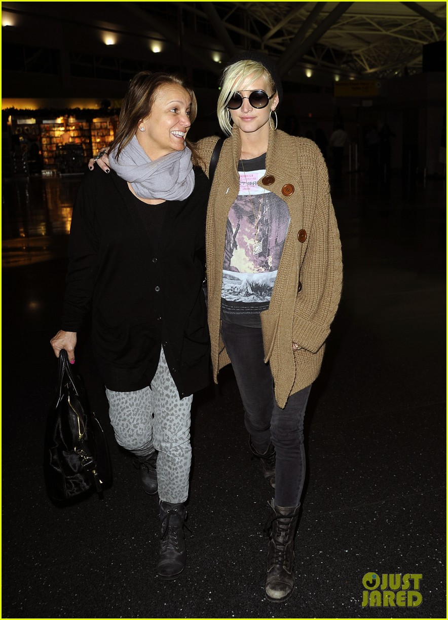 ashlee simpson jfk hugs for mom tina 09