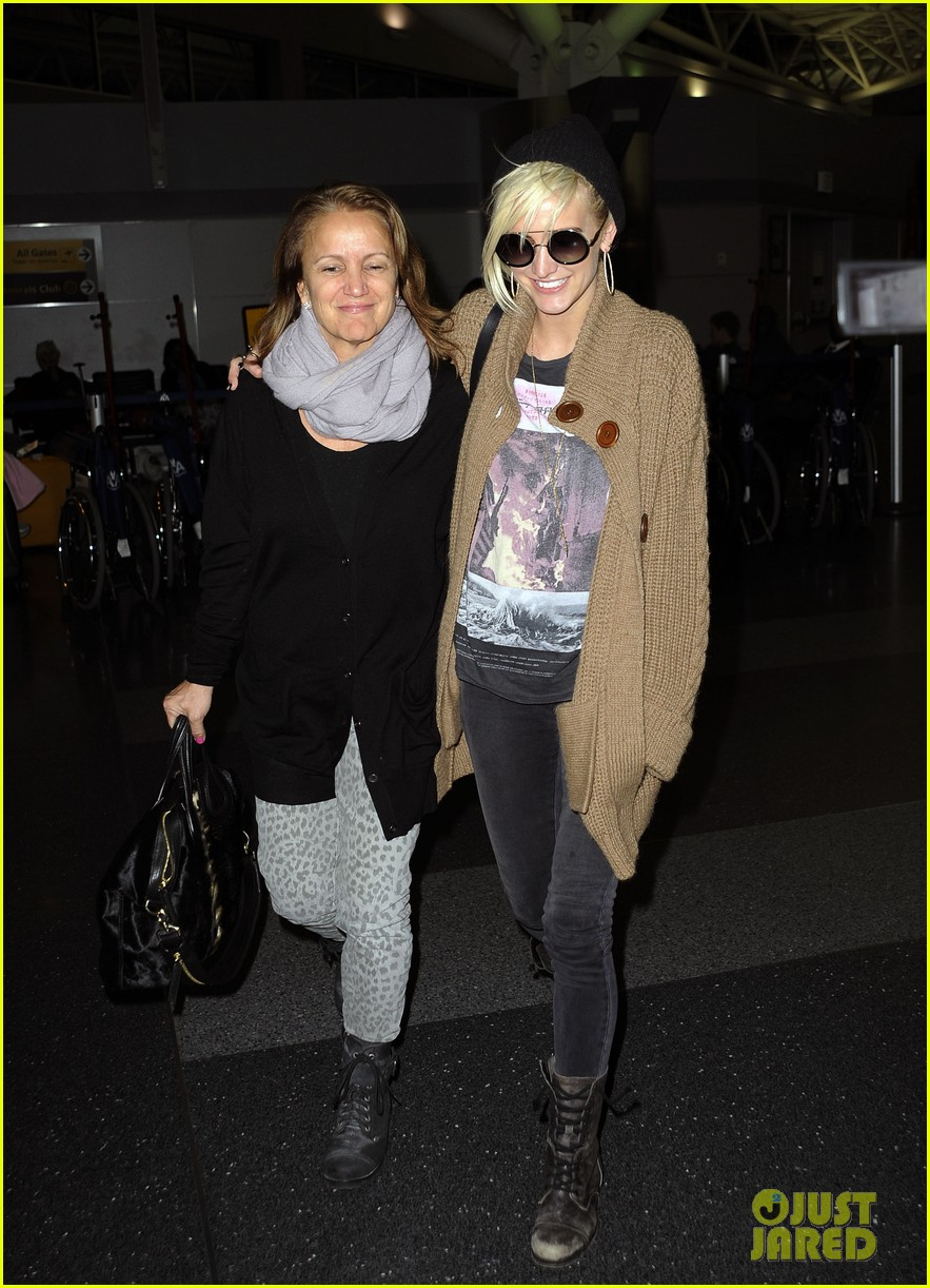 ashlee simpson jfk hugs for mom tina 12
