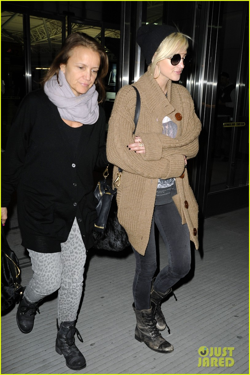 ashlee simpson jfk hugs for mom tina 17
