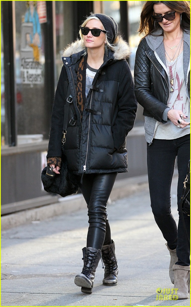 ashlee simpson soho stroll with a gal pal 05