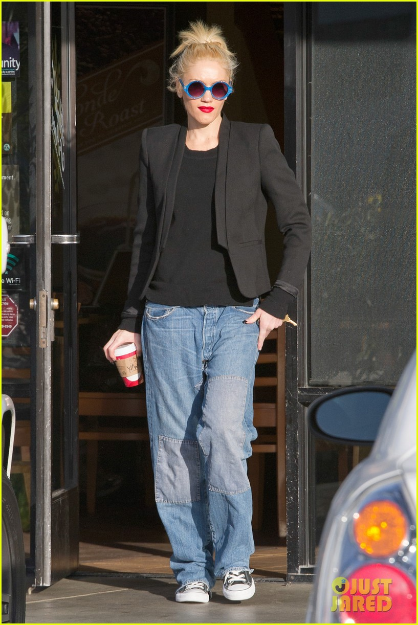 gwen stefani baggy jeans at starbucks 06