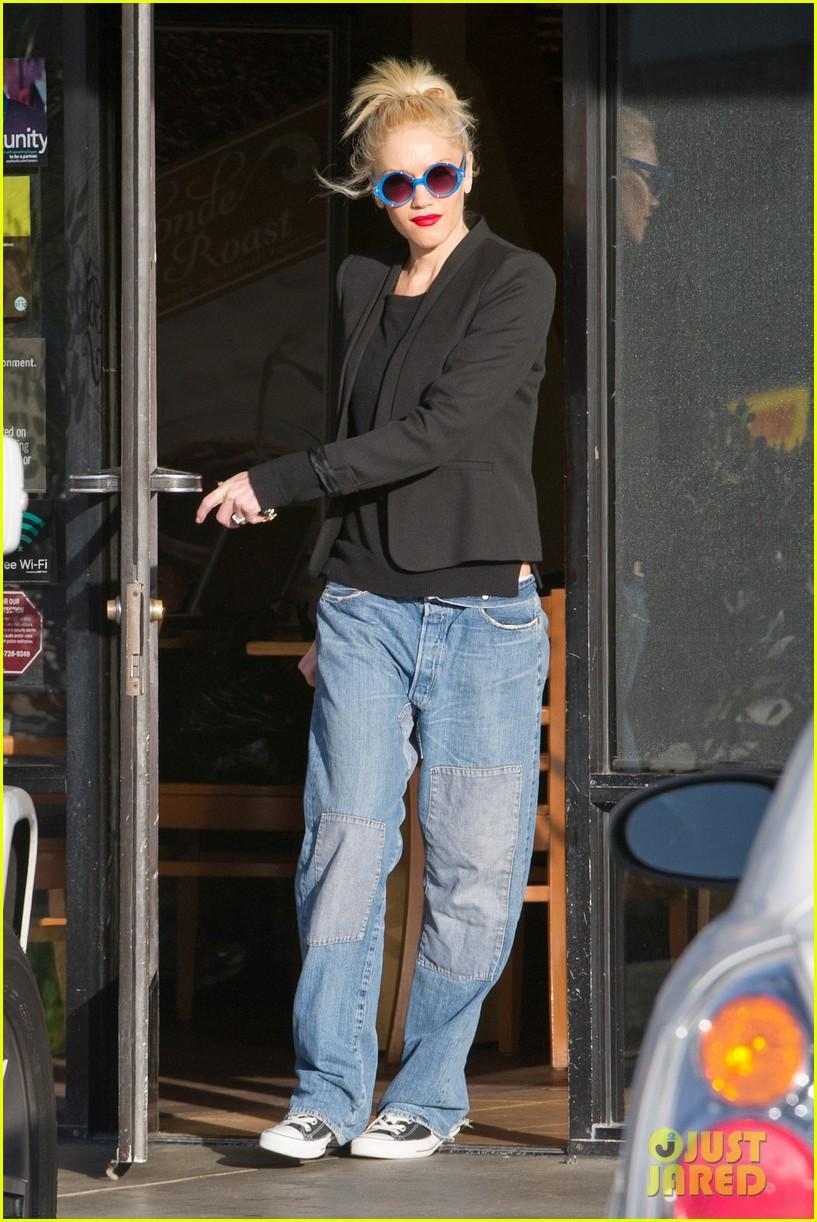gwen stefani baggy jeans at starbucks 092789103