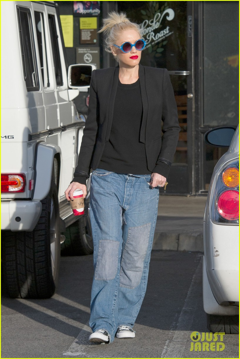 gwen stefani baggy jeans at starbucks 10
