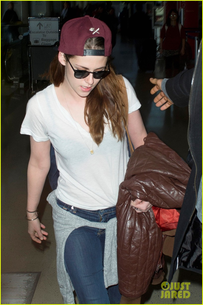 kristen stewart changes clothes for lax landing 05