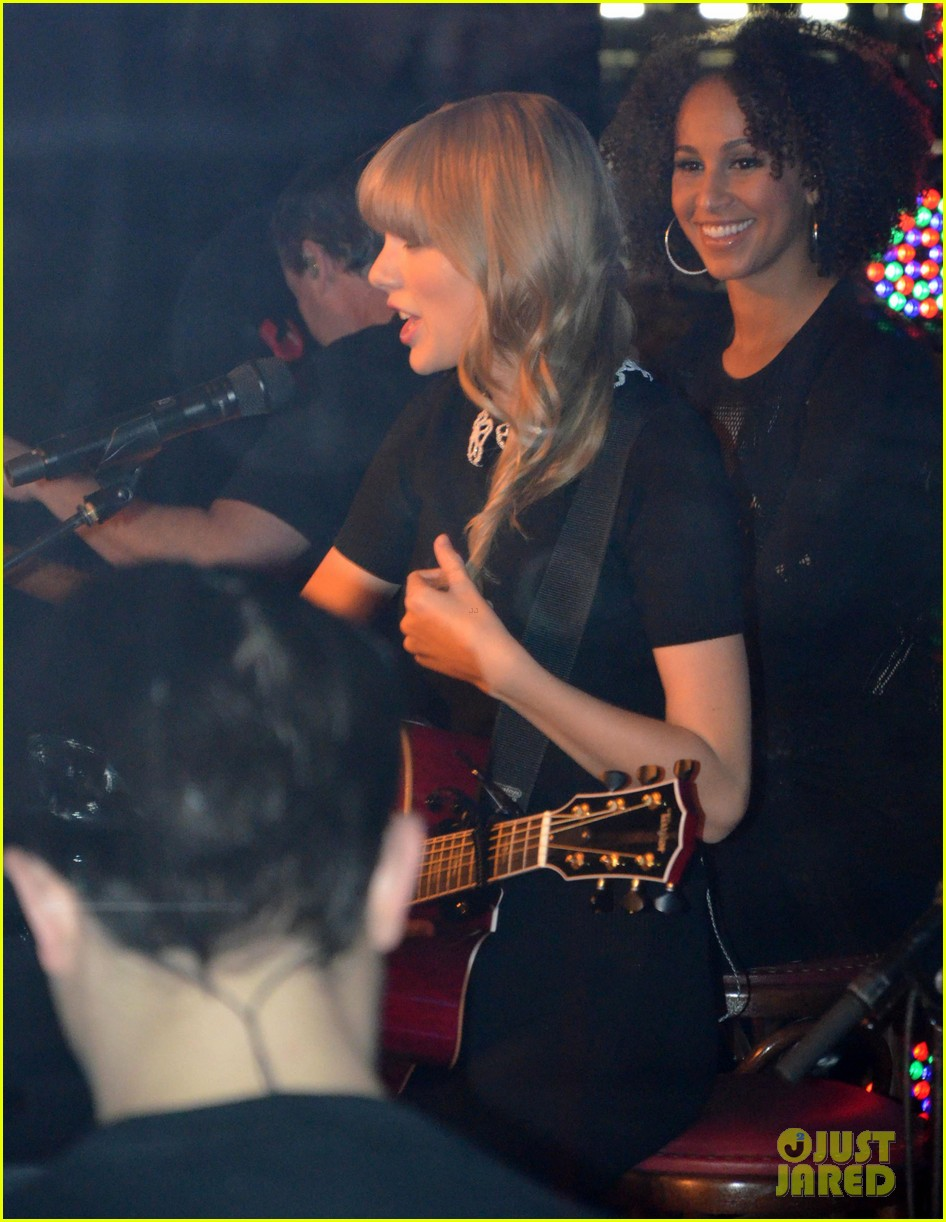 taylor swift paris yacht performance 06