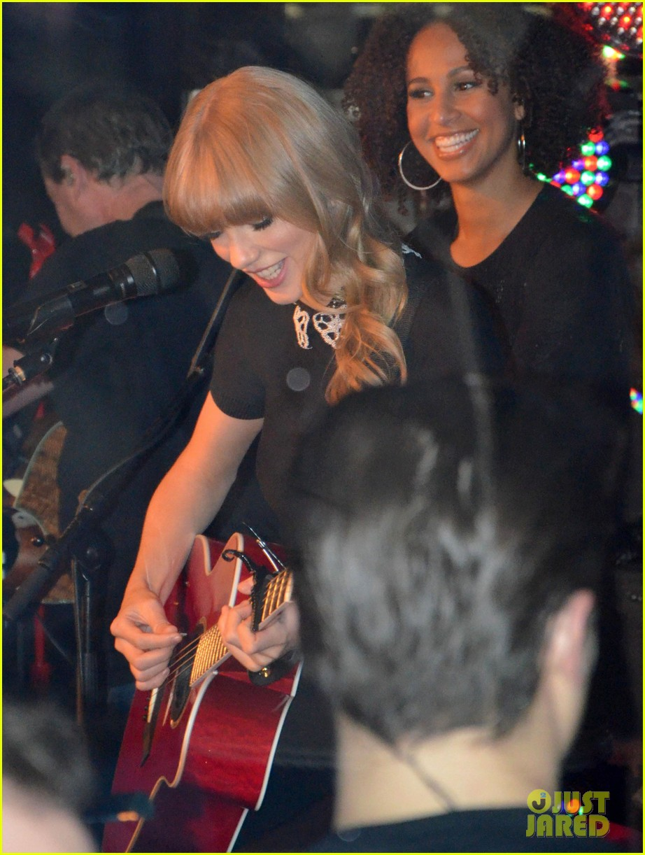 taylor swift paris yacht performance 08