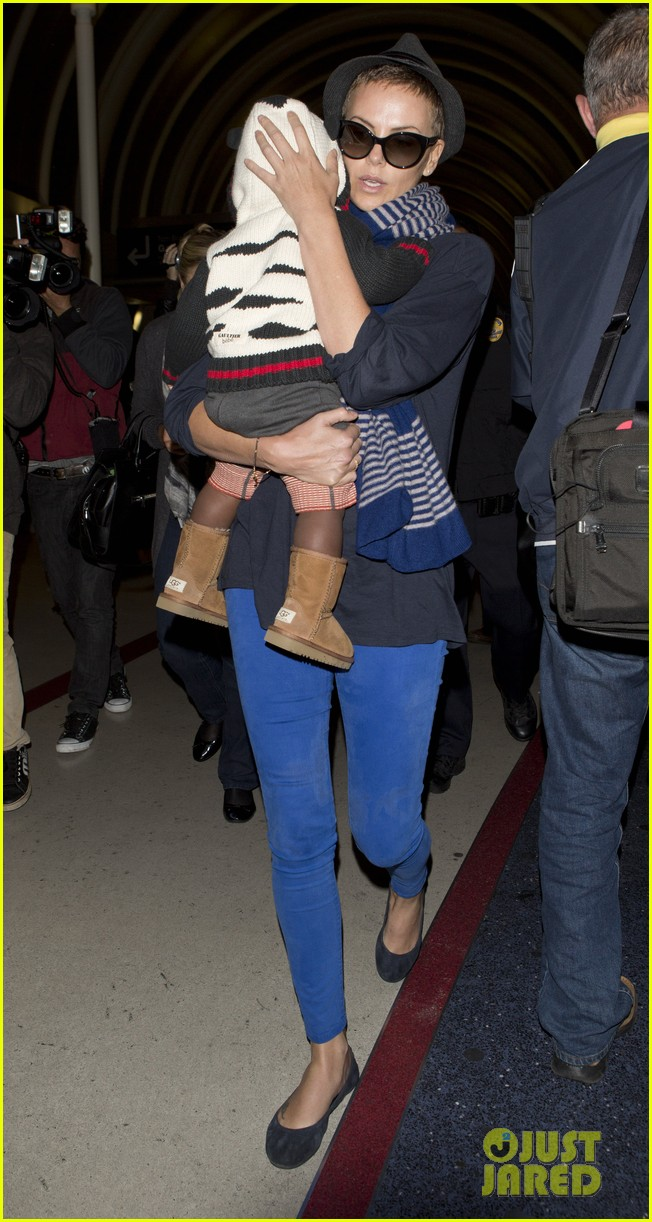 charlize theron lax arrival with jackson 03