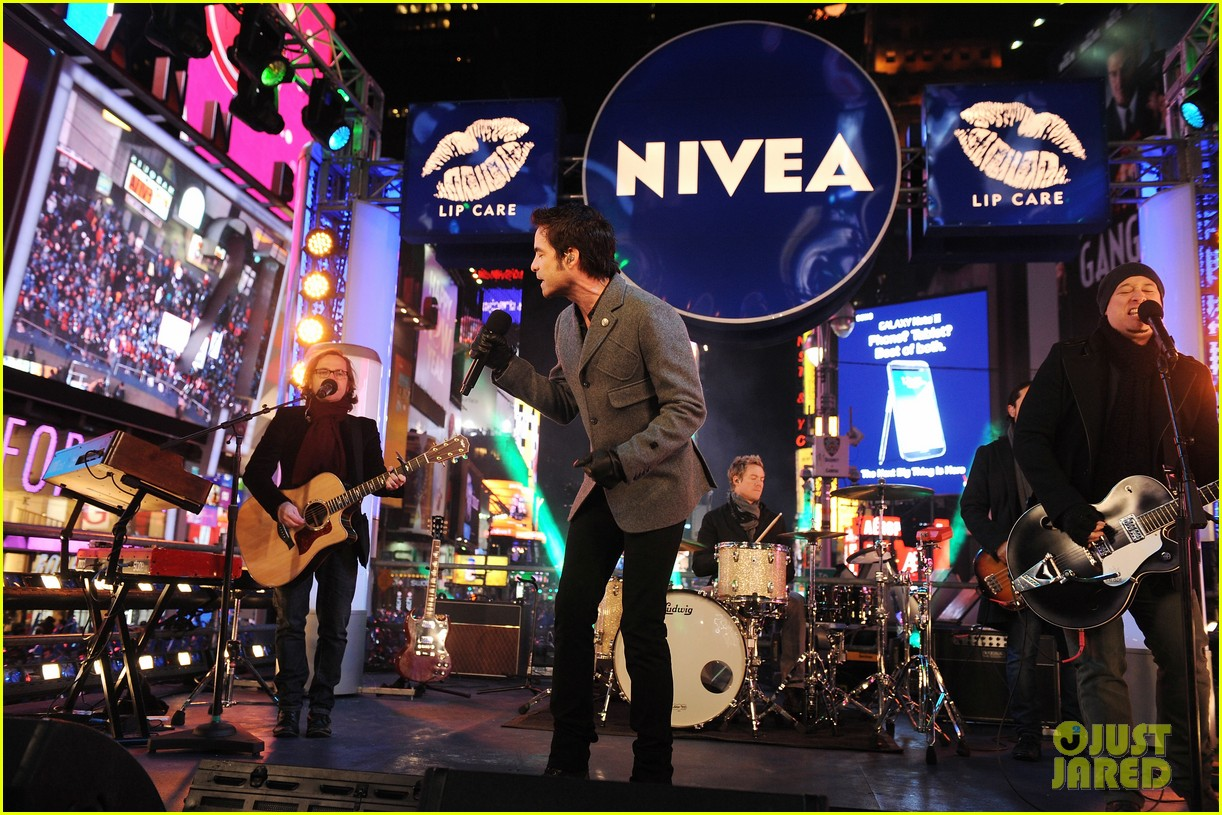 train new years eve performance in times square 08