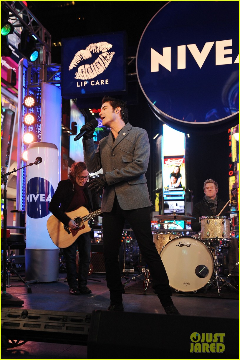 train new years eve performance in times square 15