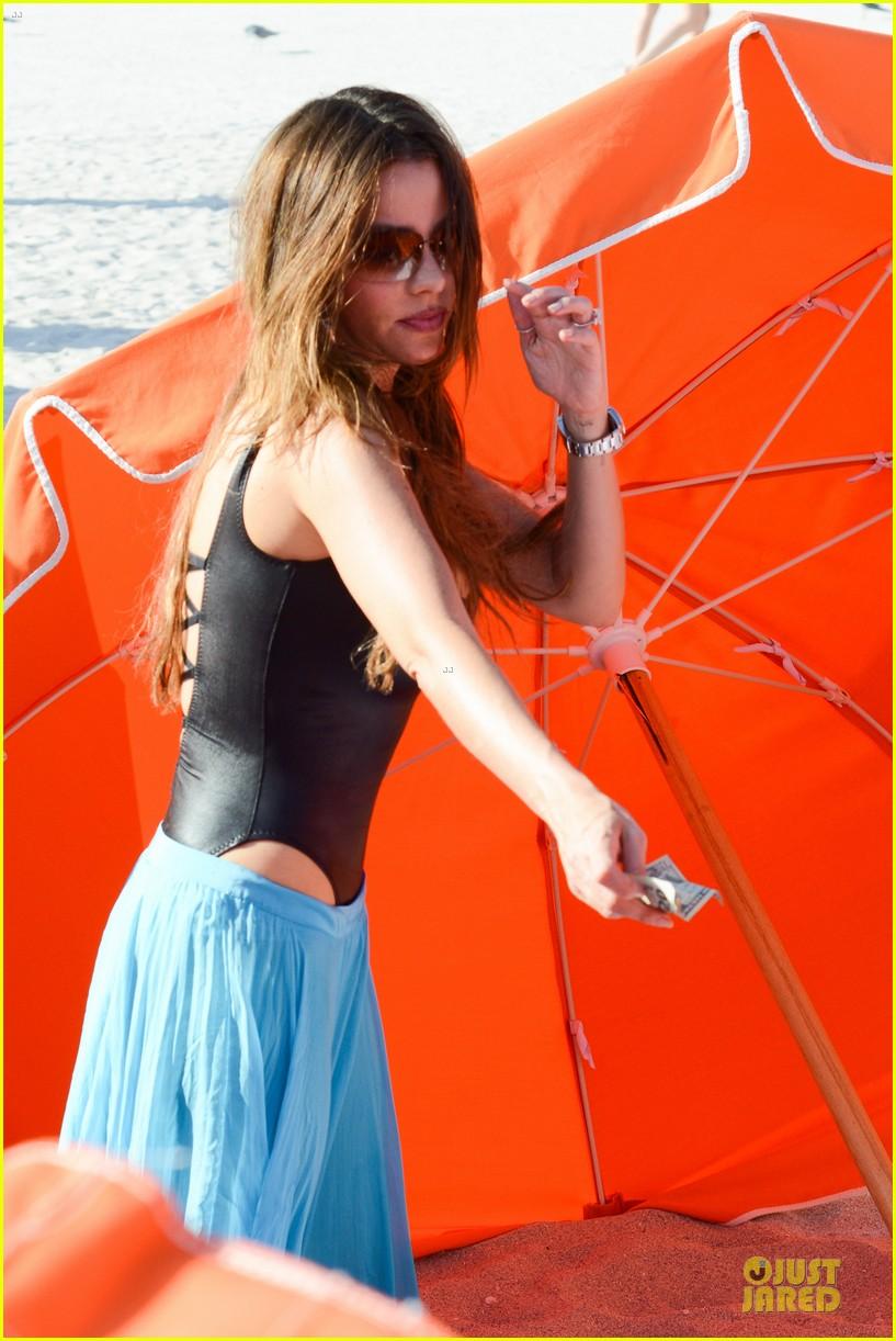 sofia vergara miami beach with shirtless nick loeb 11