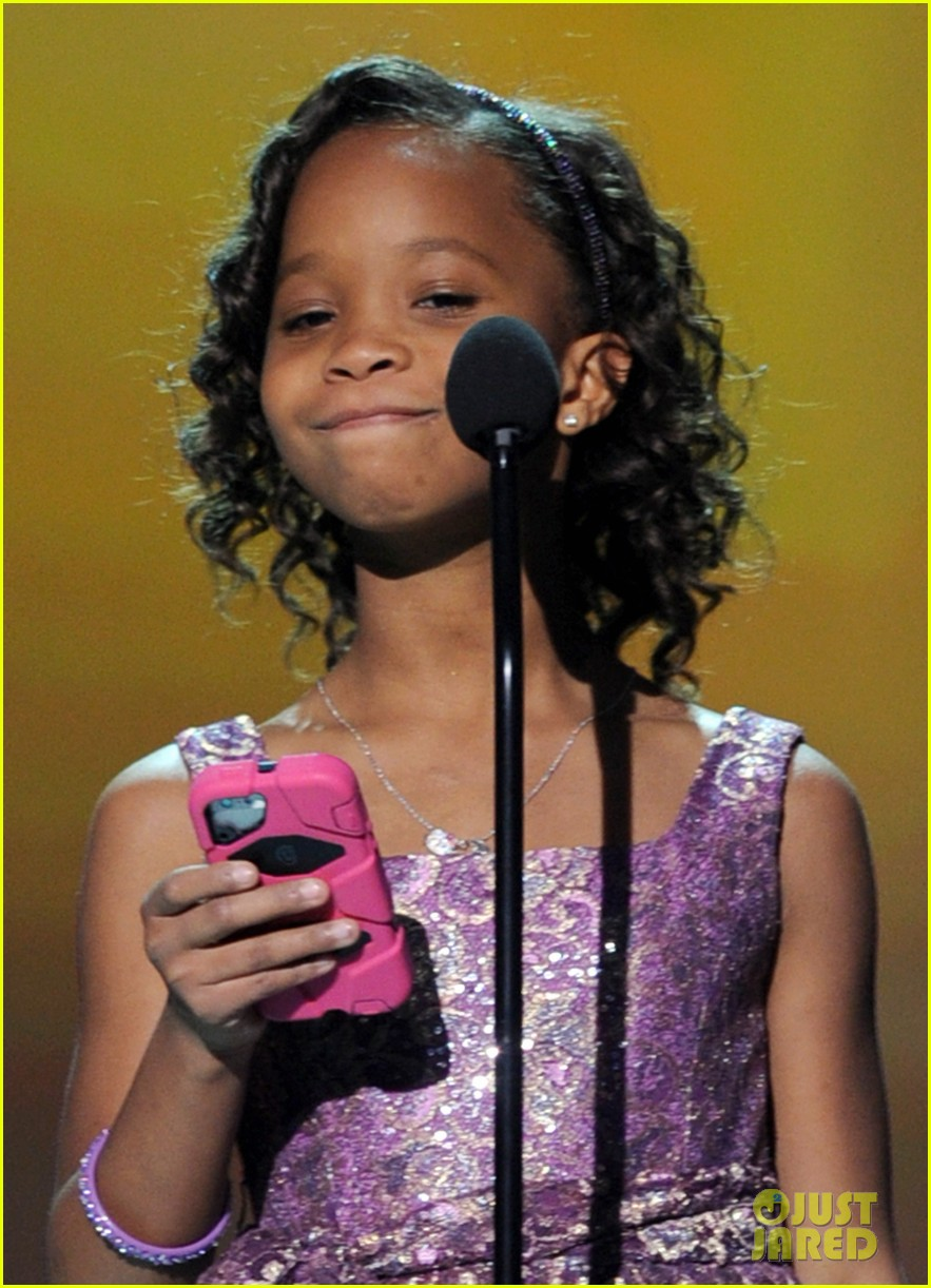quvenzhane wallis accepts critics choice award with iphone speech 07