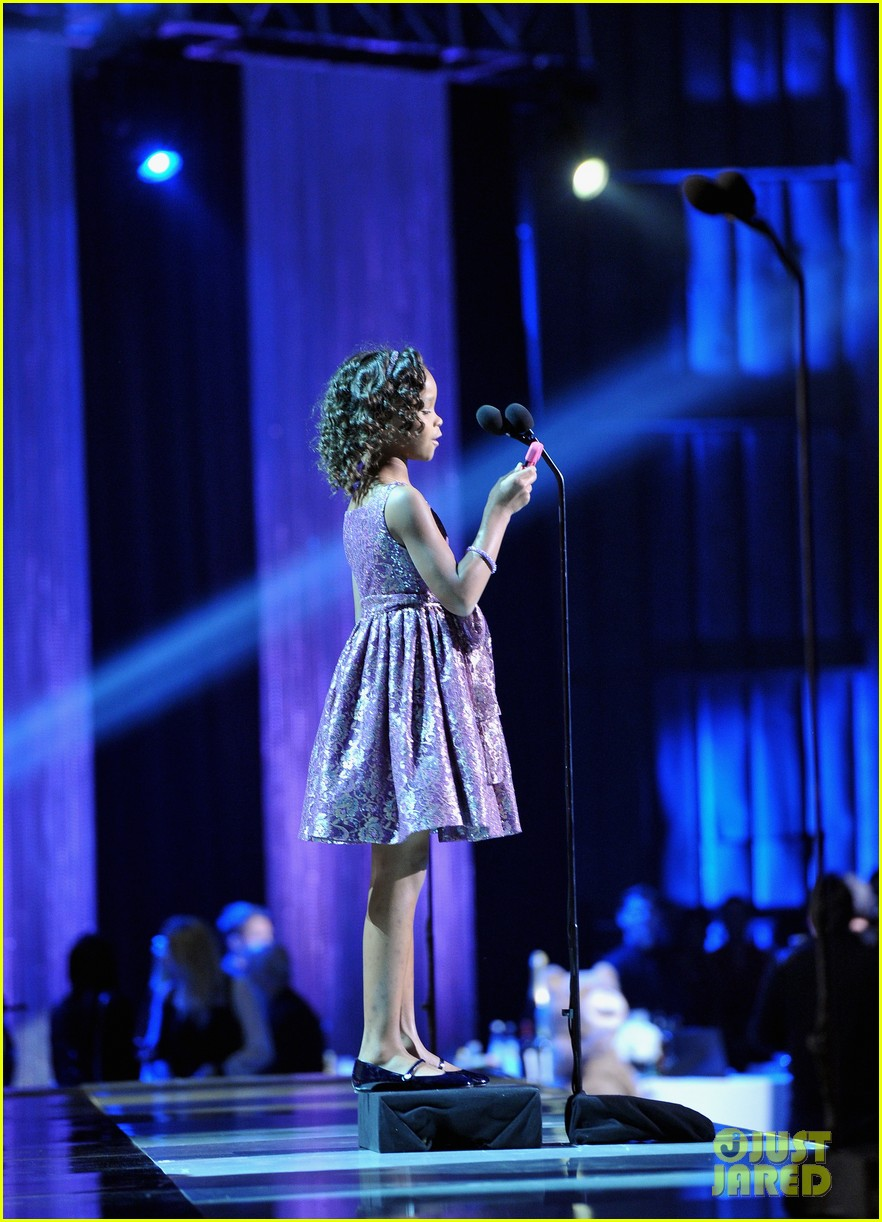 quvenzhane wallis accepts critics choice award with iphone speech 08