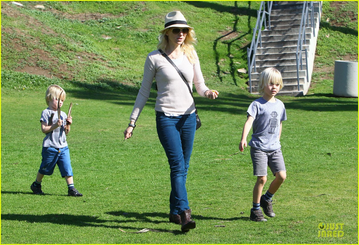 naomi watts beach day with the boys 122799031