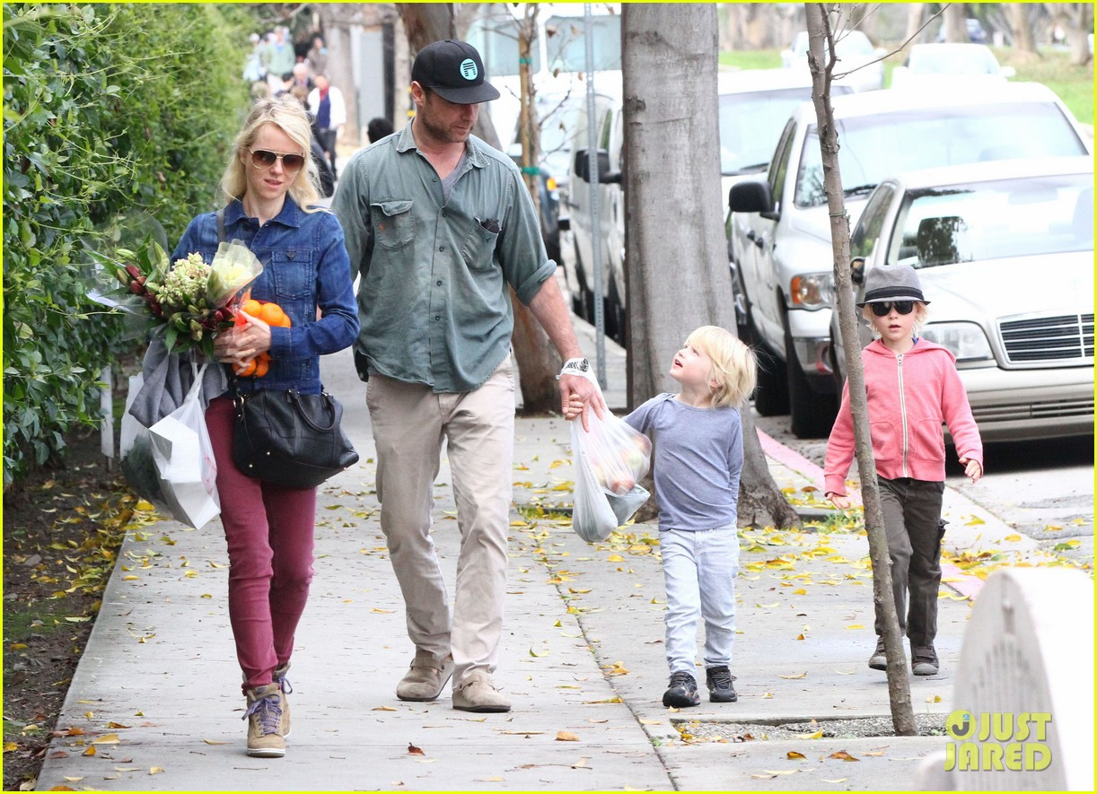 naomi watts liev schreiber farmers market with the kids 042800059