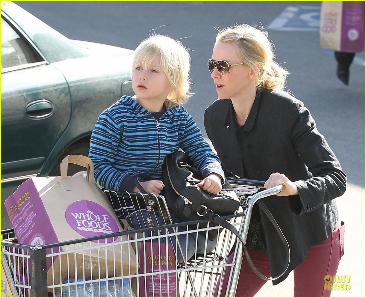 naomi watts grocery shopping with sasha 13