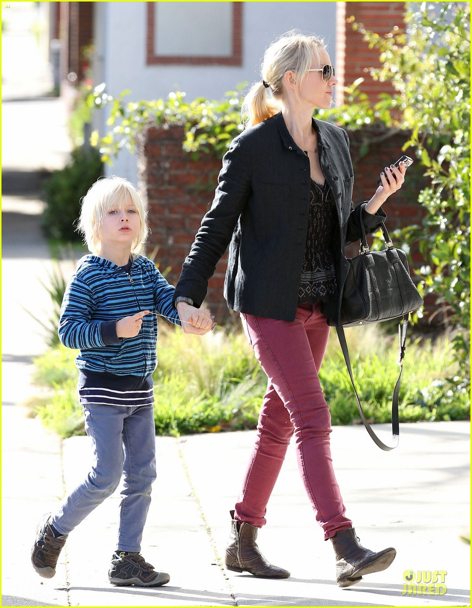 naomi watts grocery shopping with sasha 21