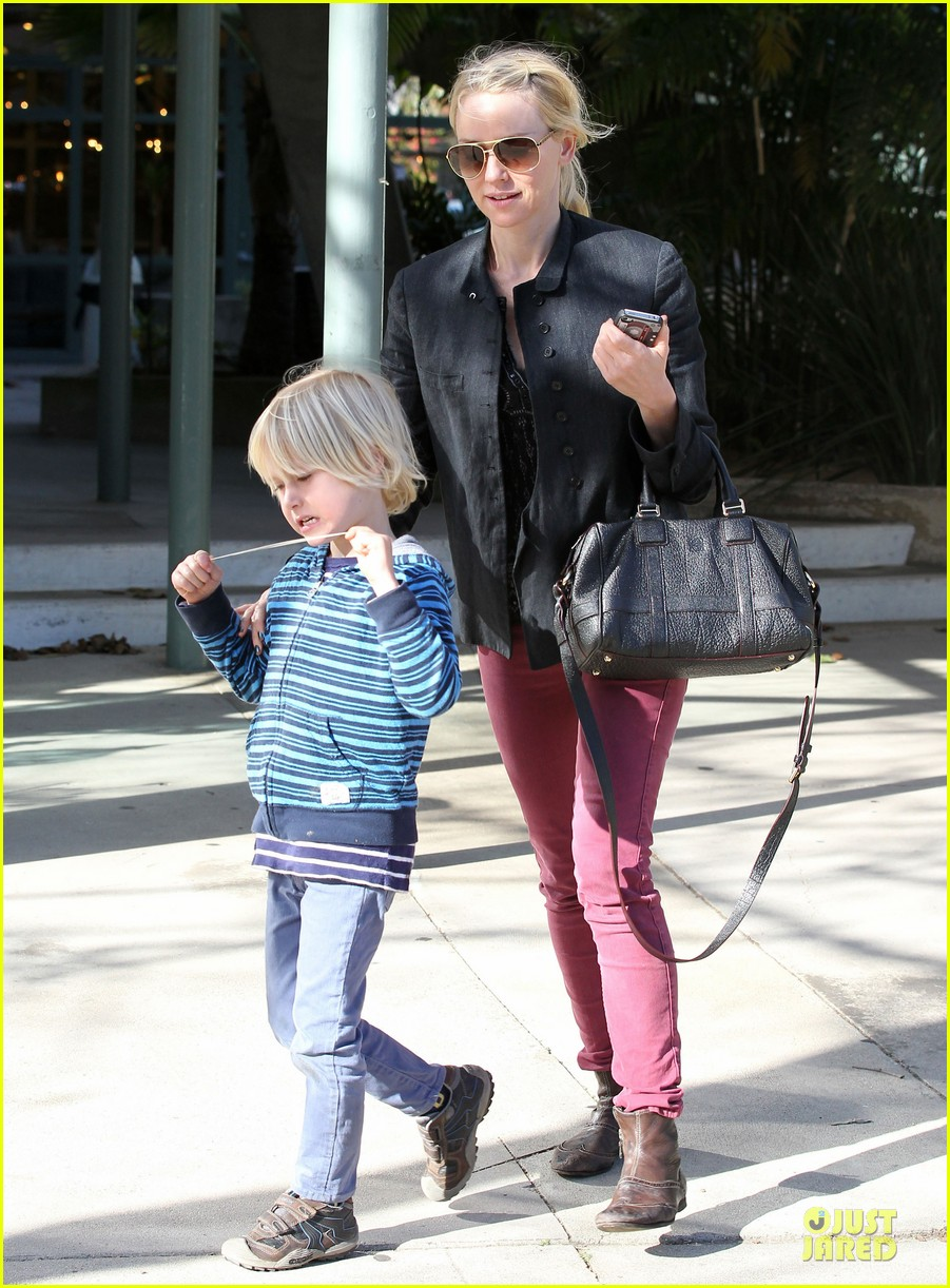 naomi watts grocery shopping with sasha 27