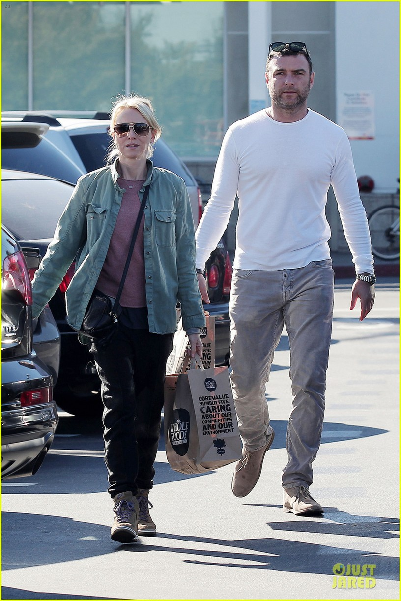 naomi watts liev schreiber post golden globes grocery run 03