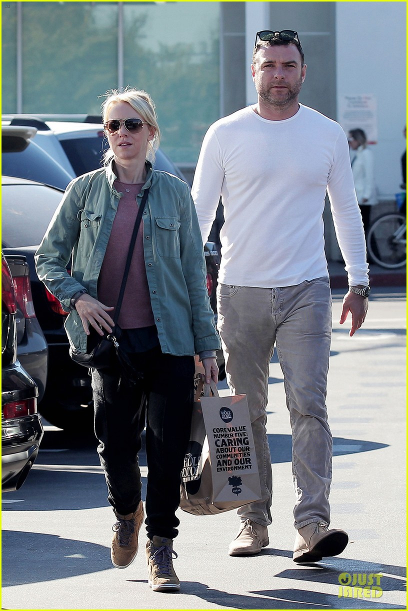 naomi watts liev schreiber post golden globes grocery run 052793039