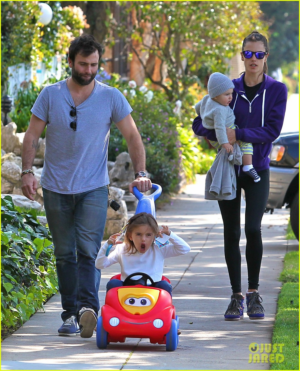 alessandra ambrosio park day with the family 15