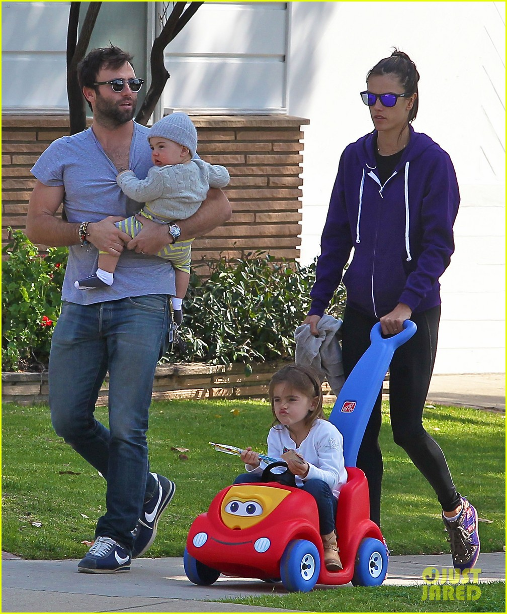 alessandra ambrosio park day with the family 24