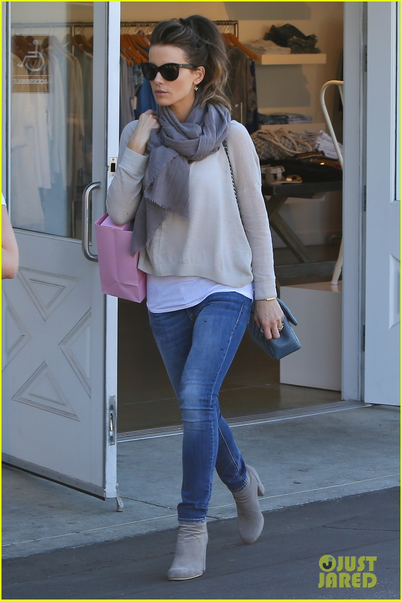 kate beckinsale calypso shopping stop 01